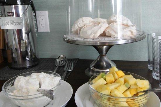 Regatta Inn: Meringues with fresh fruit -- afternoon tea