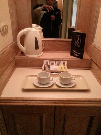 Hotel Regal Pacific: Coffe and tea station