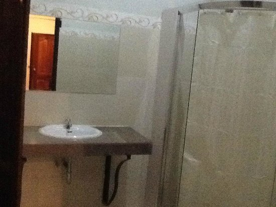 Angkor Spirit Palace: No-frill bathroom