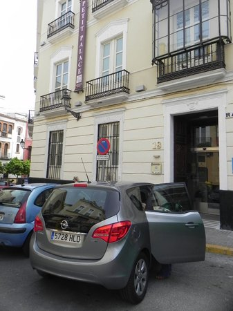 Petit Palace Santa Cruz : Hotel exterior