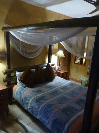 Trees Too Guest Lodge: bed with mosquito nets