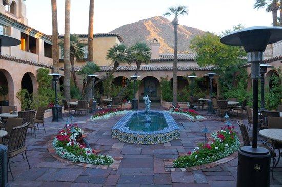 Royal Palms Resort and Spa: Beautiful courtyard