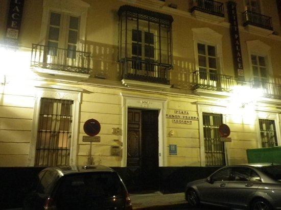 Petit Palace Santa Cruz: At Night