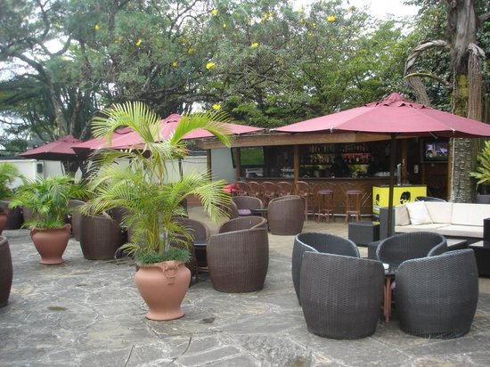 InterContinental Nairobi: Outdoor bar area (the only place for smokers to smoke)