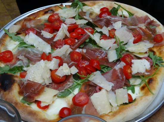 Foods of New York Tours : At Emporio for the best pizza!