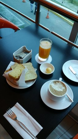 Hotel Ginebra: The included breakfast is a continental breakfast.