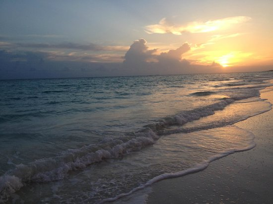 Memories Paraiso Azul Beach Resort: beach view in the morning