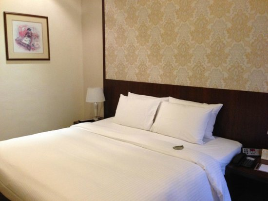 Village Hotel Albert Court by Far East Hospitality: The double bed