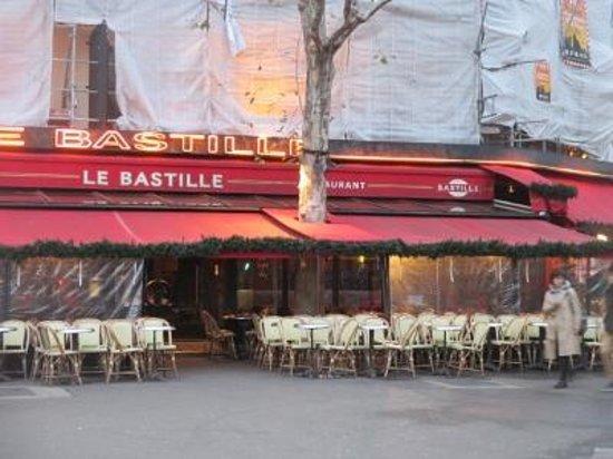 Le Bastille: 道路にはみ出して椅子を並べている・・・というかんじ