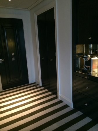 Rosewood London: Room entrance and bar area