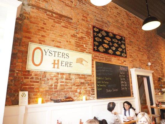 Hank's Oyster Bar : Menu on blackboard