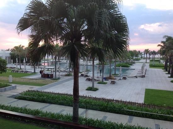 Hyatt Regency Danang Resort & Spa: lovely sunrise overlooking the main pool