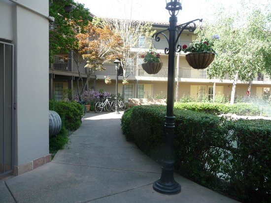Embassy Suites by Hilton Napa Valley: Pretty Walkway