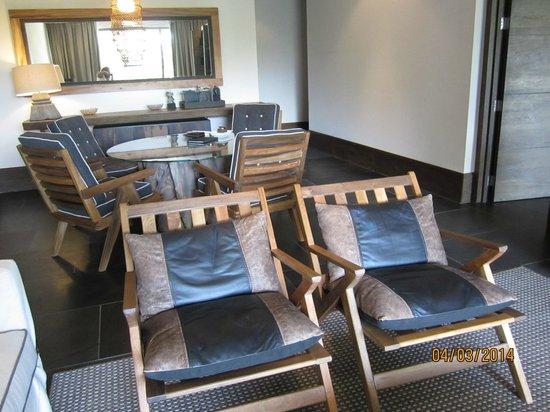 NIZUC Resort and Spa: Living room area in jr. suite