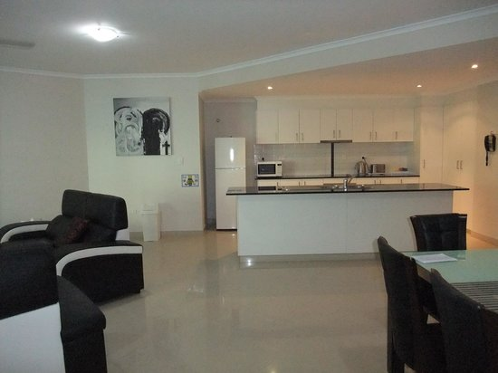 Argus Apartments Darwin : Lounge & Kitchen