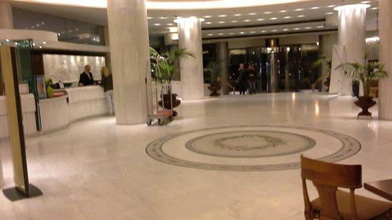 Titania Hotel: Vista de la recepcion