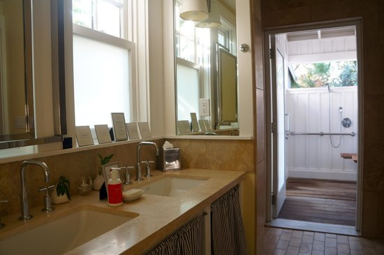 Carneros Resort and Spa : Bathroom with outdoor shower