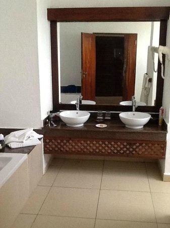 Royal Zanzibar Beach Resort: Double sink in bathroom
