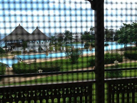 Royal Zanzibar Beach Resort: Screen on door to balcony