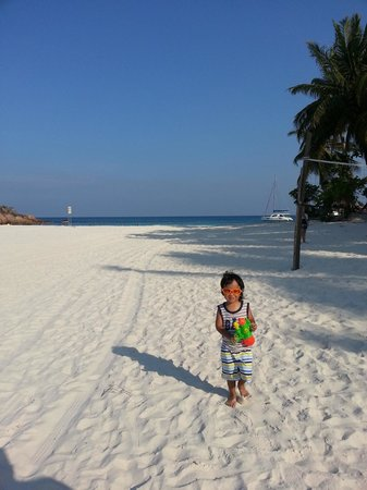 Redang Beach Resort: A walk to the other side of the beach