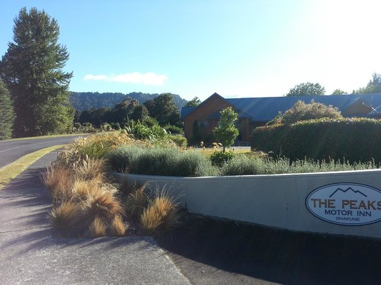 The Peaks Motor Inn: The entrance, looking up to The Tongariro National Park