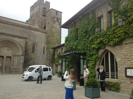 Hotel de la Cite Carcassonne - MGallery Collection: entry to the hotel with the Basilica in background