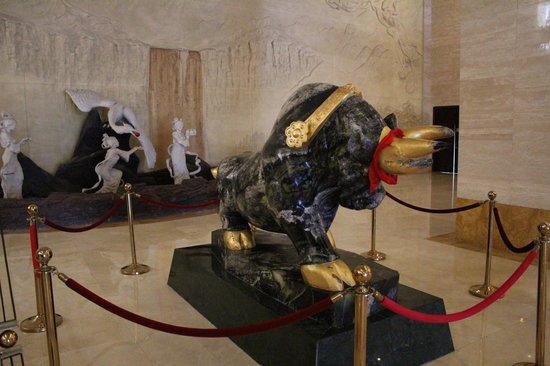 Shenda Sea River Hotel: Sculpture at reception