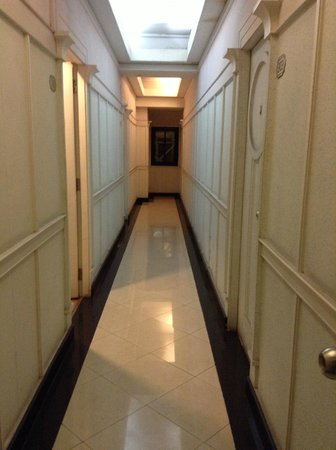 Sam's Lodge: Hallway to the room
