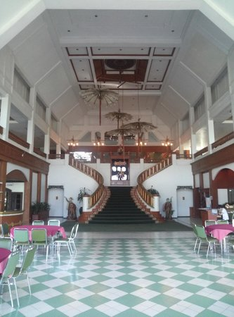 Wiang Indra Riverside Resort: レストランロビー