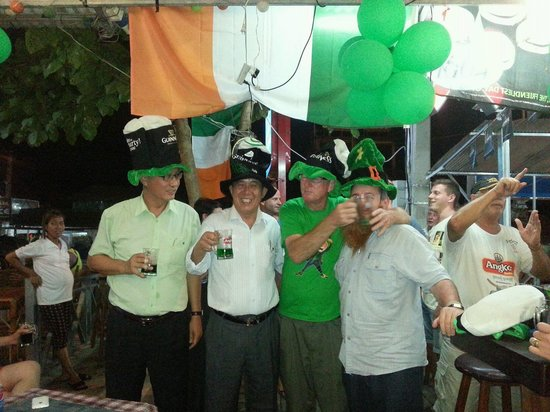 Gilligan's Ireland: 17th March Green Beer Day