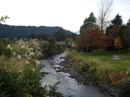 The Peaks Motor Inn : The Mangawhero Walkway goes up the side of the river, opposite The Peaks
