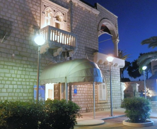 Hotel Lapad : Hotel by night