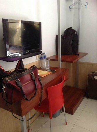 Grha Ciumbuleuit Guest House: Inside the Room