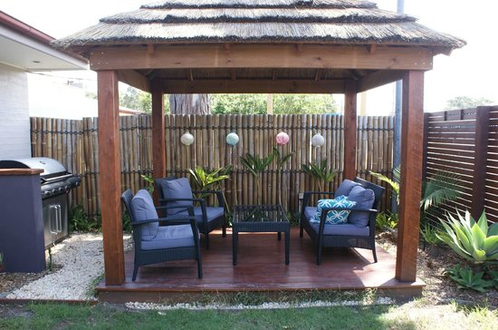 Riverside Motel: Gazebo & Garden Area