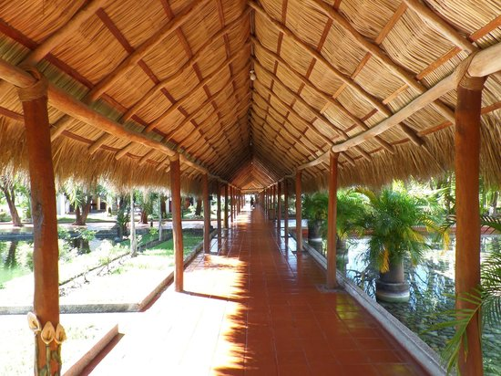 Melia Puerto Vallarta All Inclusive: pasillos con techo a dos aguas