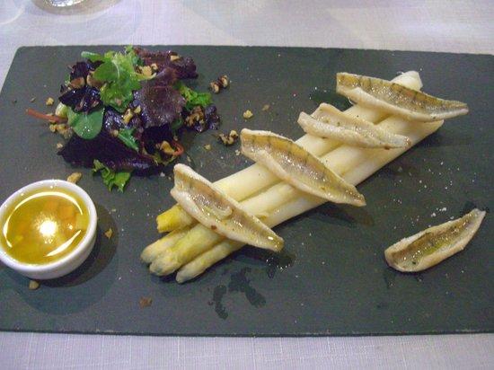 Restaurant Le Petit Paris: des asperges avec des filets de rouget ... un régal !