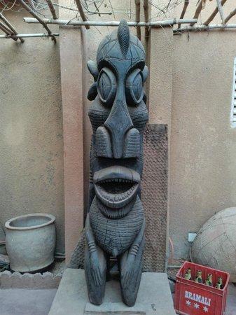 Y'A Pas de Probleme Hotel: the wood carving