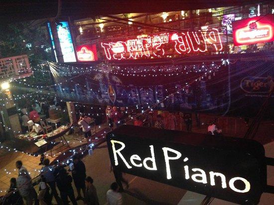 The Red Piano: 満席だったので見下ろしの良い席はラッキー