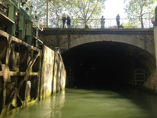 Paris Canal: people on the bridge watching the lock empty