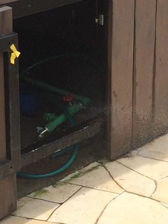 Shangri-La's Rasa Sentosa Resort & Spa: Leaking valve at jazzuZi