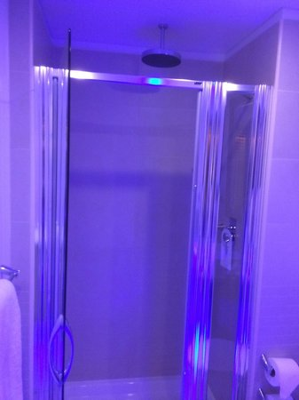 Pestana Chelsea Bridge: rain shower with ambient light