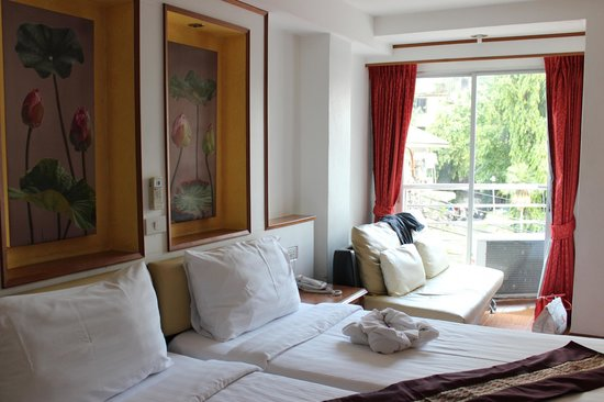 KC Place Hotel Pratunam: window with balcony