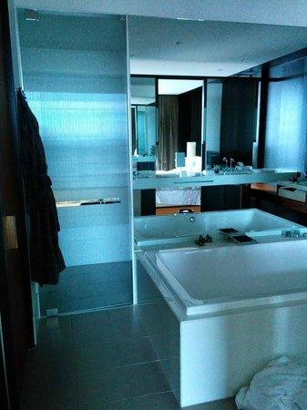 Crown Metropol Melbourne: Bathroom