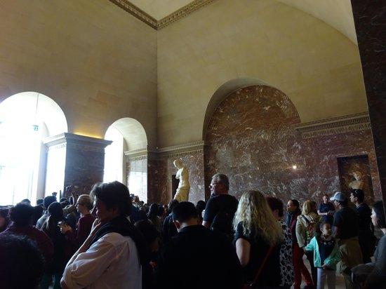Musée du Louvre : 日中のミロのビーナスの混み具合