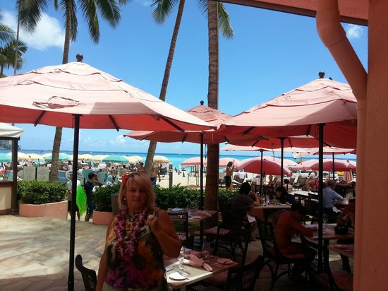 The Royal Hawaiian, a Luxury Collection Resort : Уютный ресторан на Вайкики.