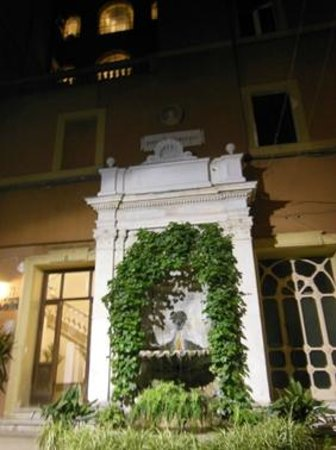 Esedra Inn Rome: Il cortile con la fontana e l'ingresso alle scale