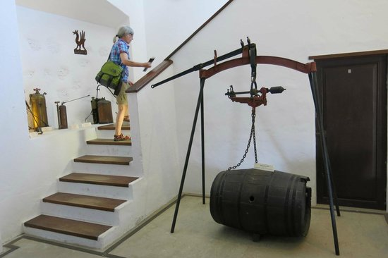 Bodega El Grifo - Museo del Vino : Weighing the barrel