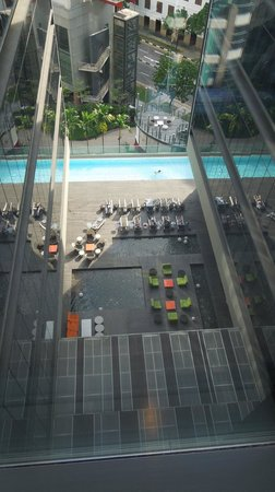 Studio M Hotel: View of the pool from our floor