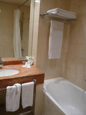 Gefinor Rotana Hotel: Most Clean Bathroom