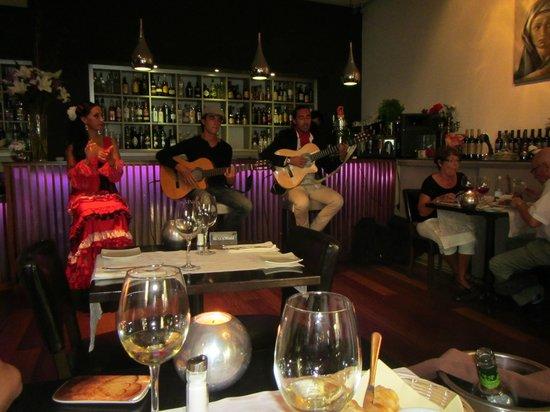 Restaurante Vino Mio : Барная стойка и музыканты